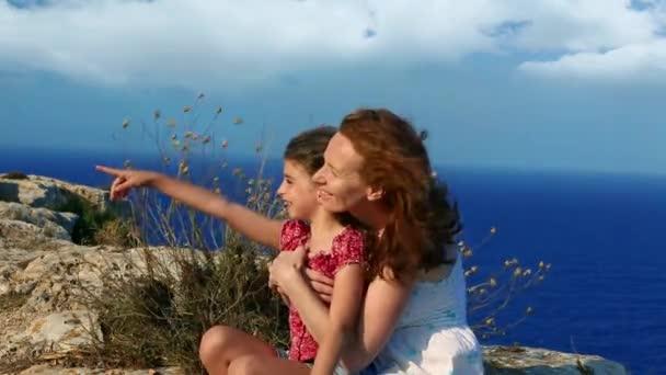 девочки в воде и на берегу видео