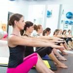 Aerobic Pilates-personal-Trainer in einer Turnhalle-Gruppe-Klasse — Stockfoto #13298862
