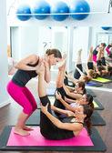 Aeróbica instrutor pessoal pilates, ajudando o grupo de mulheres — Foto Stock