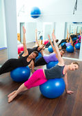 аэробные группа женщин пилатес с мячом стабильности — Стоковое фото