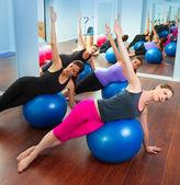 Gruppo di donne aerobica pilates con palla di stabilità — Foto Stock