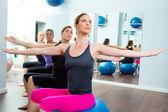 пилатес аэробных женщин группы с мячом стабильности — Стоковое фото