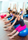 安定性の球と好気性のピラティス女性グループ — ストック写真