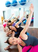 Grupo de mujeres aeróbica pilates con pelota de estabilidad — Foto de Stock