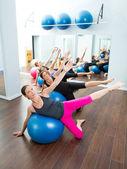 Aërobe pilates vrouwen groep met stabiliteit bal — Stockfoto