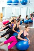 Pilates aerob kvinnor grupp med stabilitet boll — Stockfoto