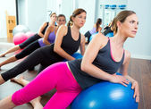 Aerobic pilates-frauengruppe mit gymnastikball — Stockfoto