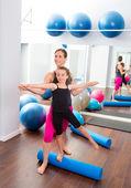 Aerobic frau persönlicher trainer von kinder-mädchen — Stockfoto