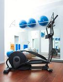 Aerobik cardio szkolenia eliptyczne orbitrek w siłowni — Zdjęcie stockowe