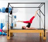 Pilates aerobik eğitmeni kadında cadillac — Stok fotoğraf