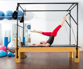 Aerobik cadillac pilates eğitmeni kadın — Stok fotoğraf
