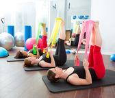 Aerobics pilates vrouwen met elastiekjes in een rij — Stockfoto