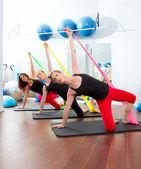 Aerobik kauçuk şeritler üst üste kadınlarla pilates — Stok fotoğraf