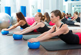Aerobics pilates women with yoga balls — Stockfoto