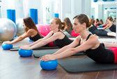 Aerobik pilates kadınlar yoga topları ile — Stok fotoğraf