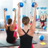 Tonificación bola azul en mujeres clase de pilates vista trasera — Foto de Stock