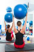 Stabiliteit bal in vrouwen pilates klasse achteraanzicht — Stockfoto