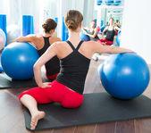 安定性のボール女性でピラティス クラス背面ビュー — ストック写真