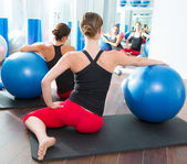 Gymnastikball bei frauen pilates klasse rückansicht — Stockfoto