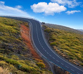 Green mountain winding road dangerous curves — Stock Photo