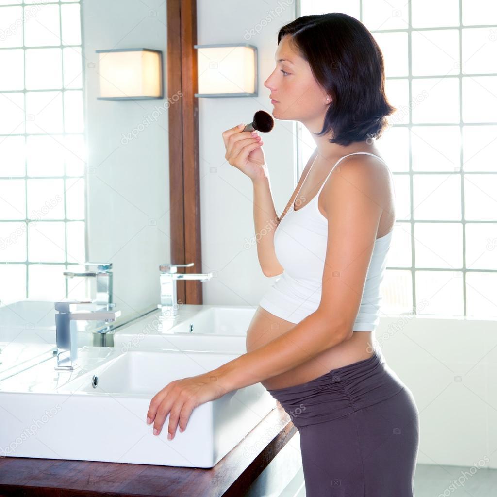 Belle femme enceinte sur le maquillage de la salle de - Enceinte de salle de bain ...