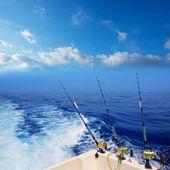 Barco de pesca currican en costa azul profundo océano — Foto de Stock