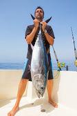 большой тунец поймать рыбак на лодке троллинг — Стоковое фото