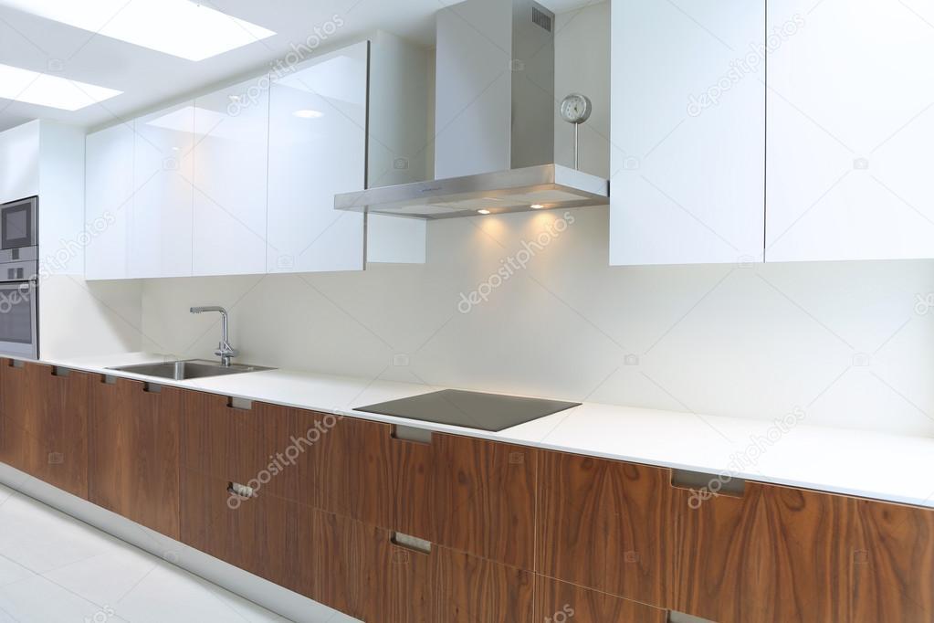 Werkelijke moderne keuken in wit en walnut wood — Stockfoto ...
