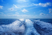 Boat wake prop wash foam in blue sky — Stock Photo