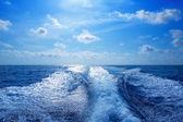 Boat wake prop wash foam in blue sky — Stock Photo