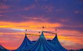 Carpa de circo en un cielo al atardecer espectacular colorido — Foto de Stock