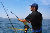 синее море рыбак в троллинг лодка с даунриггер — Стоковое фото