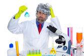 化学実験室でクレイジー オタク科学者愚かな男 — ストック写真
