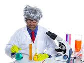 Nörd galen vetenskapsman man stående på laboratorium — Stockfoto