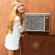 Blond vintage 70s kid girl with retro love old tv - 图库照片