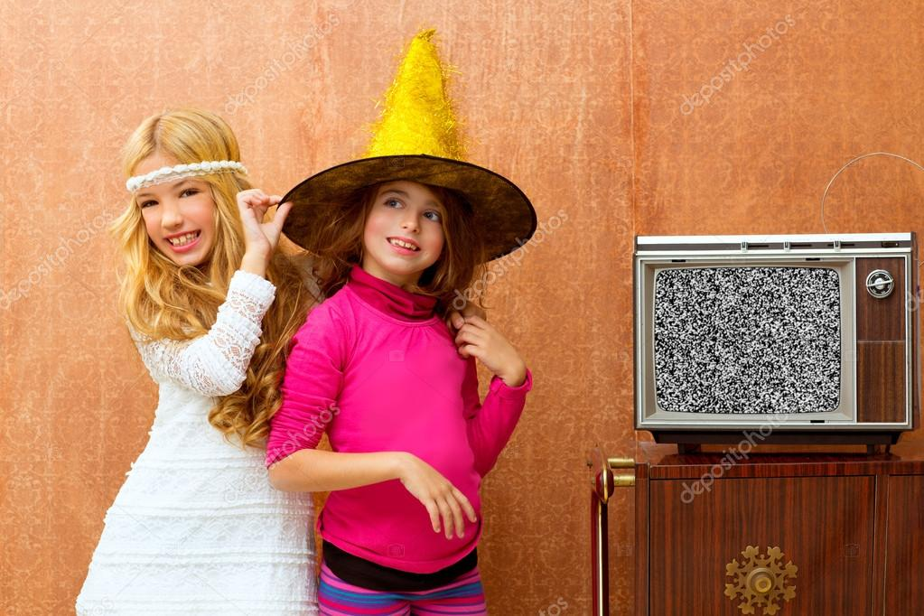 Children 70s two kid friend girls in party with retro wood tv — Lizenzfreies Foto #16102691