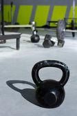 Kettlebell på crossfit gym med lyft barer — Stockfoto