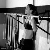 Crossfit dedos para entrenamiento mujer dominadas 2 barras de bar — Foto de Stock
