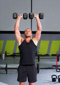 Homem de ginástica com halteres exercício crossfit — Foto Stock
