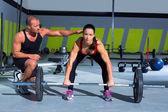 Gym persoonlijke trainer man met gewichtheffen bar vrouw — Stockfoto