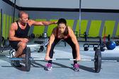 Homem de treinador pessoal de ginástica com a mulher do bar de levantamento de peso — Foto Stock