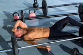 Crossfit man moe ontspannen na training — Stockfoto