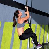 Crossfit веревка восхождение упражнения в тренажерном зале фитнес — Стоковое фото