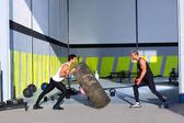 Crossfit capovolgere gli uomini pneumatici lanciando a vicenda — Foto Stock