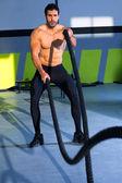 Crossfit luchando contra las cuerdas en el ejercicio de entrenamiento de gimnasio — Foto de Stock