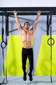 Crossfit los dedos del pie para entrenamiento hombre dominadas 2 barras de bar — Foto de Stock