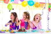 Criança crianças na festa de aniversário, dançando feliz rindo — Foto Stock