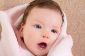 Küçük kız yüz portre açık ağız bebeğim — Stok fotoğraf