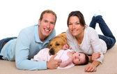Baby mor och far lycklig familj och hund — Stockfoto