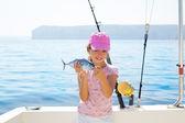 çocuk balıkçı teknesi biraz ton balığı/orkinos balık catc tutan küçük bir kız — Stok fotoğraf
